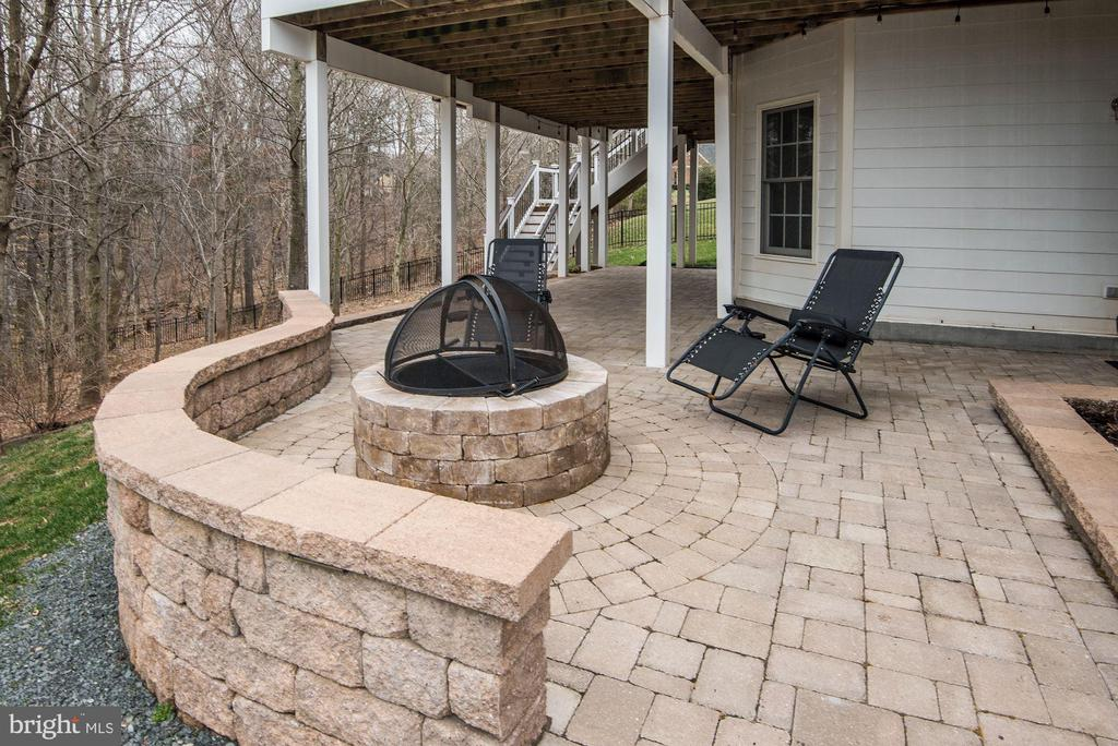 Rear Patio with Firepit - 43230 PARKERS RIDGE DR, LEESBURG