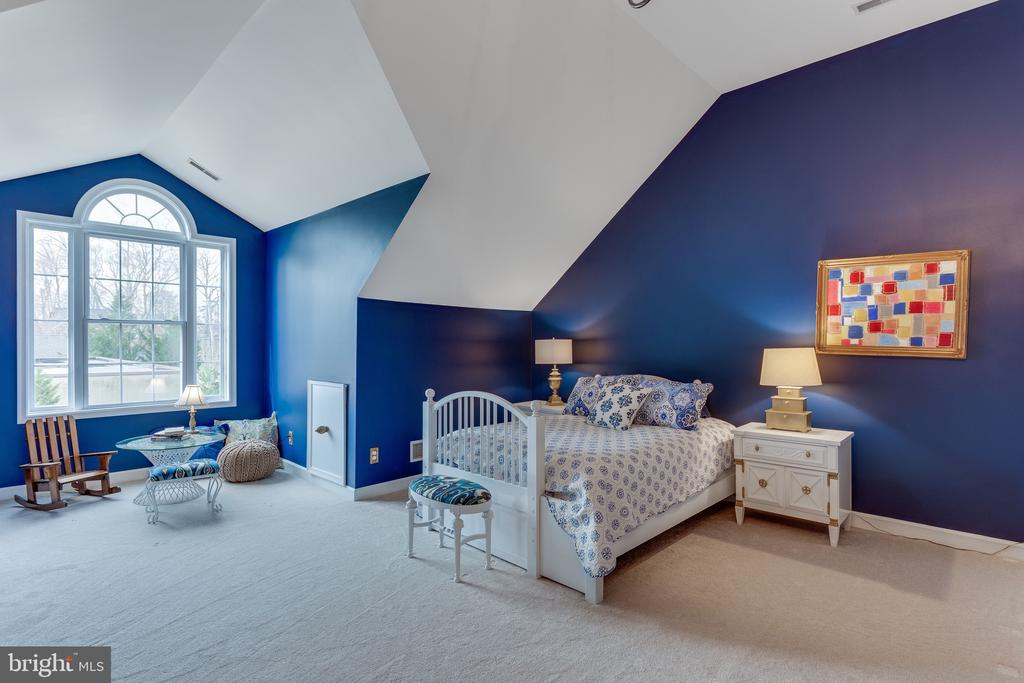 Extra large bedroom #3 with reading nook in corner - 4112 FERRY LANDING RD, ALEXANDRIA