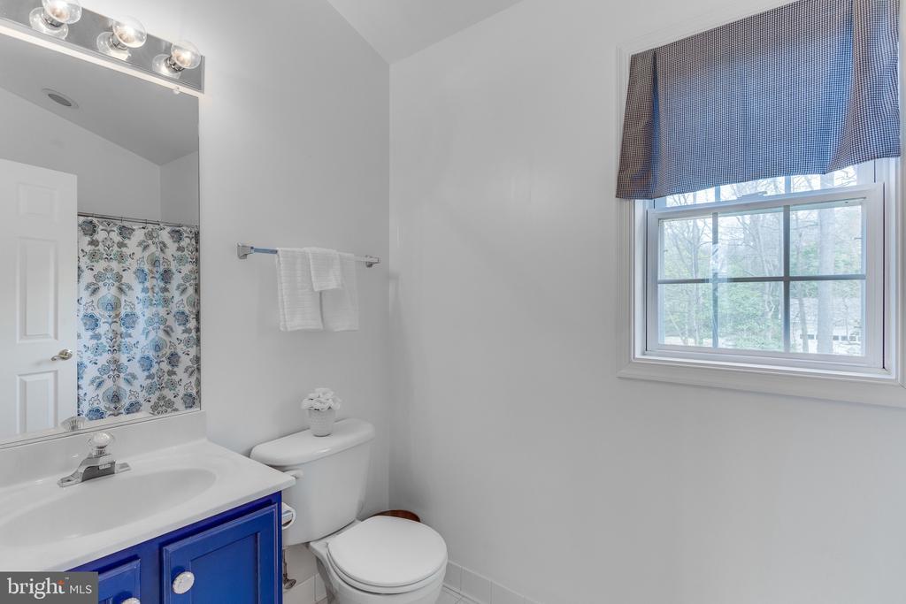 En suite full bathroom off bedroom #3 - 4112 FERRY LANDING RD, ALEXANDRIA