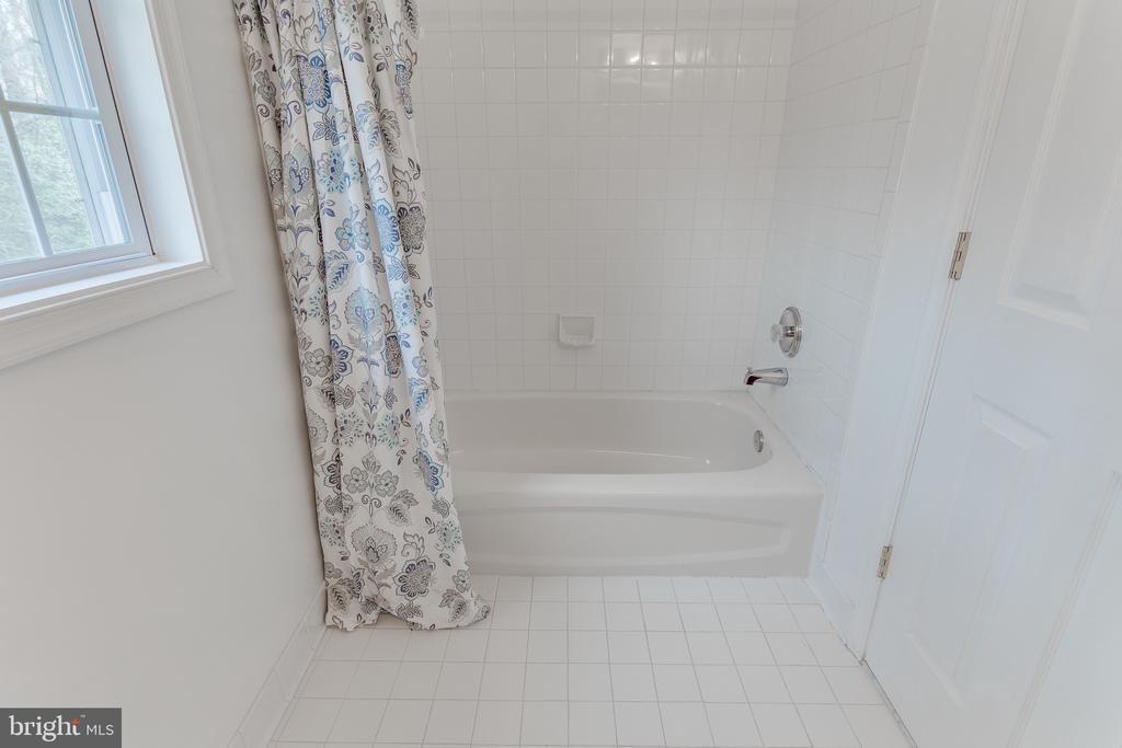 En suite bath with tub - 4112 FERRY LANDING RD, ALEXANDRIA
