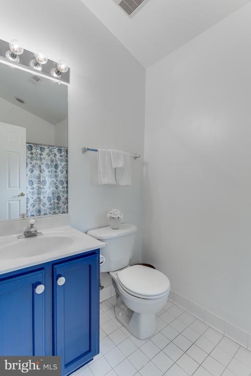 En suite bathroom off bedroom #3 - 4112 FERRY LANDING RD, ALEXANDRIA