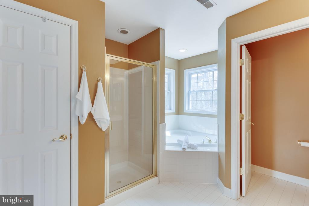Corner soaking  tub in master bathroom - 4112 FERRY LANDING RD, ALEXANDRIA