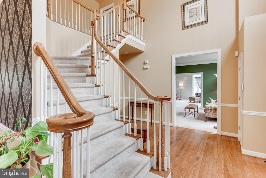 Winding staircase from entrance to upper level - 4112 FERRY LANDING RD, ALEXANDRIA