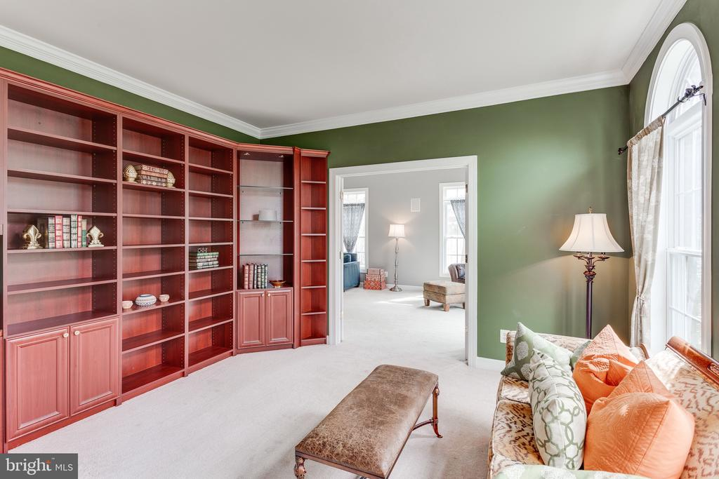 Library with cherry wood - 4112 FERRY LANDING RD, ALEXANDRIA