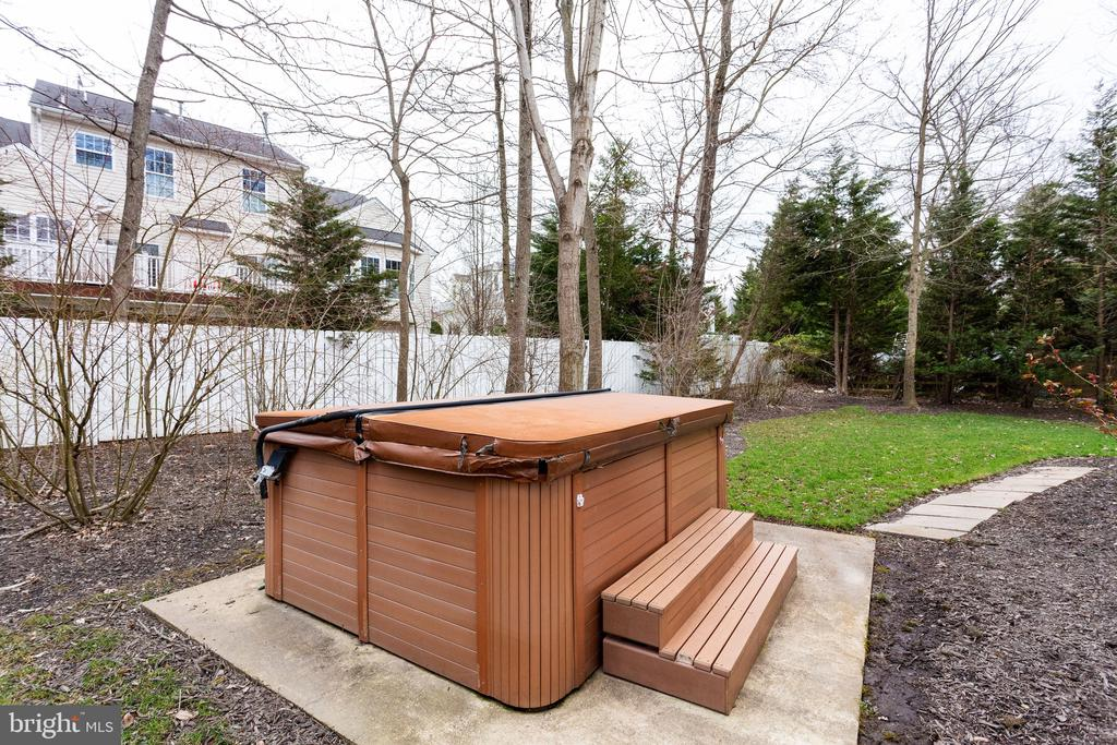 Hot tub in your own  private back yard retreat - 4112 FERRY LANDING RD, ALEXANDRIA