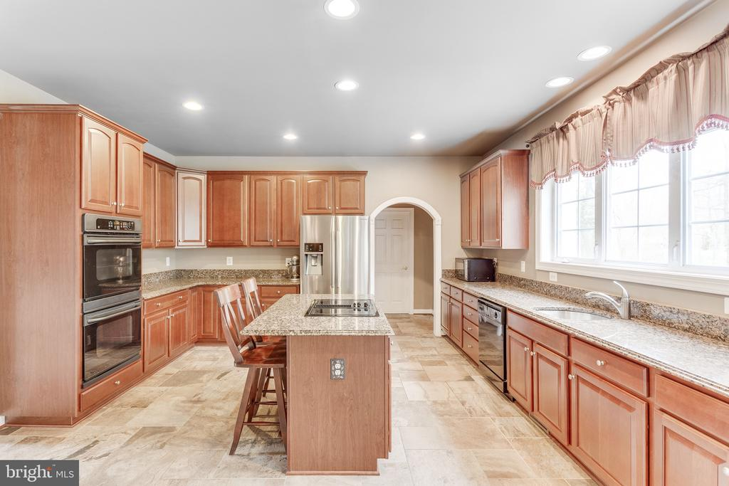 Large island for additional seating - 4112 FERRY LANDING RD, ALEXANDRIA