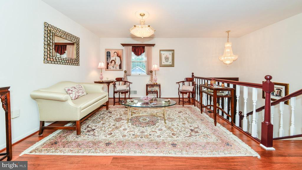 2 LEVEL HOME W/SPLIT FOYER & GENEROUS LIVING ROOM - 7138 SHREVE RD, FALLS CHURCH