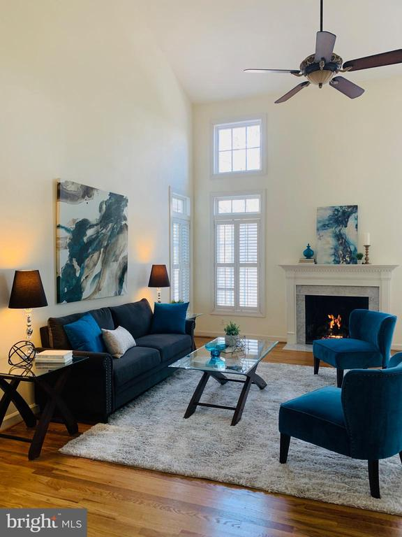 Two story family room and gas fireplace - 18403 KINGSMILL ST, LEESBURG