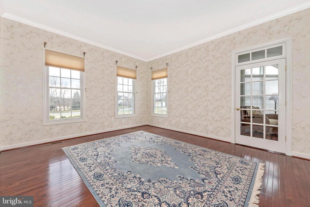 Formal living room. - 6902 SOUTHRIDGE PL, MIDDLETOWN
