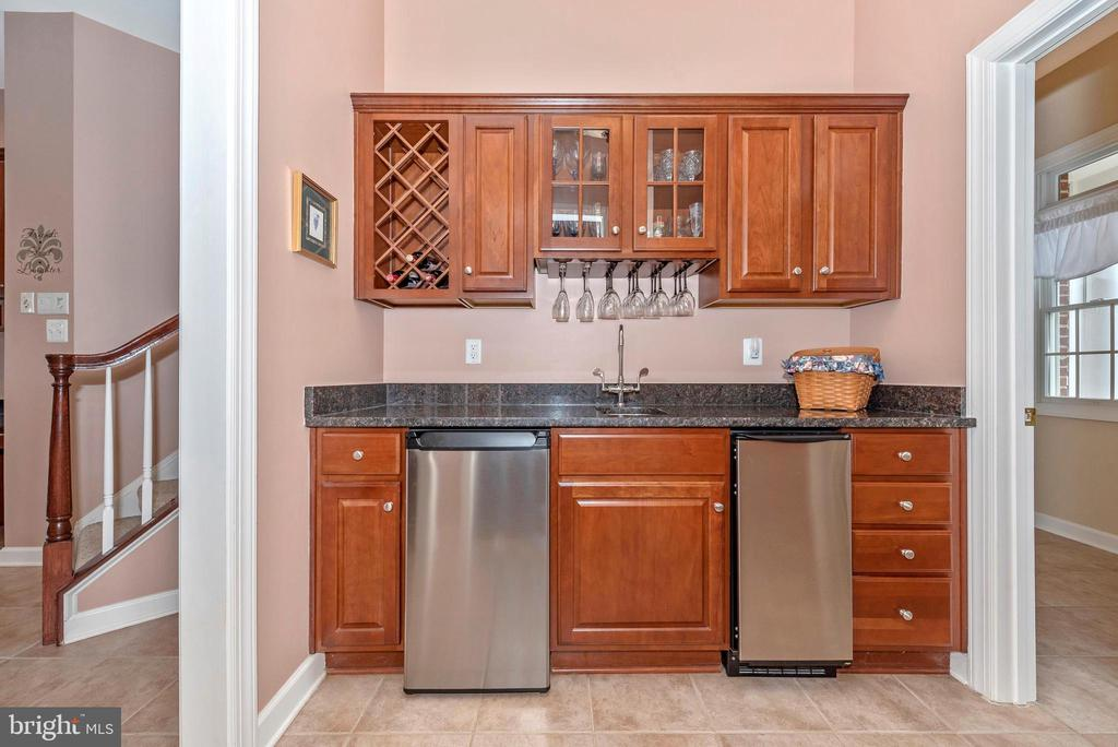 Butlers station with ice maker and fridge. - 6902 SOUTHRIDGE PL, MIDDLETOWN