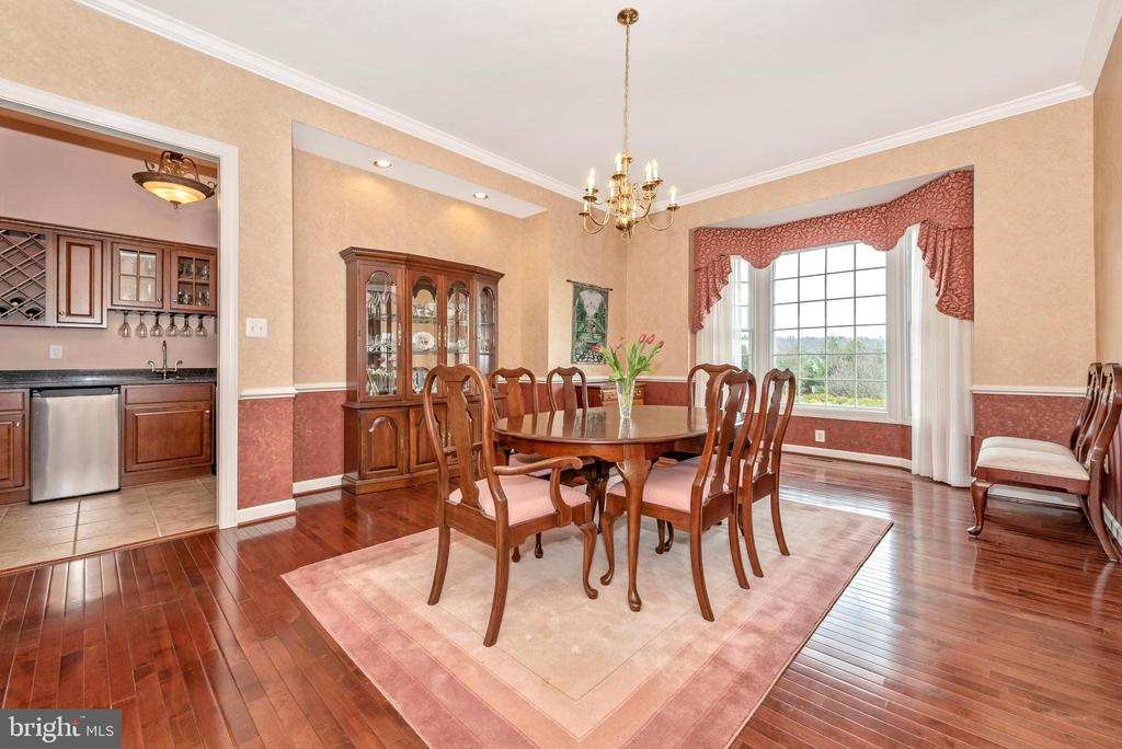 Formal dining room with bay window. - 6902 SOUTHRIDGE PL, MIDDLETOWN