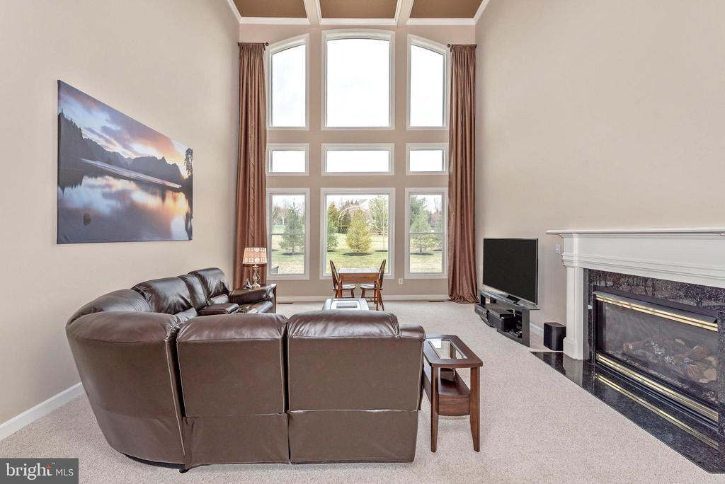 Family room with gas fireplace. - 6902 SOUTHRIDGE PL, MIDDLETOWN