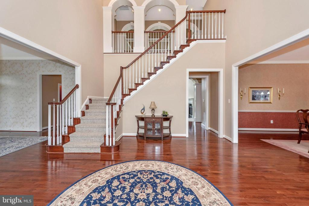 Grand two story foyer with gleaming floors. - 6902 SOUTHRIDGE PL, MIDDLETOWN