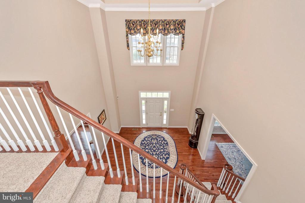 Upper level view of two story entry foyer. - 6902 SOUTHRIDGE PL, MIDDLETOWN
