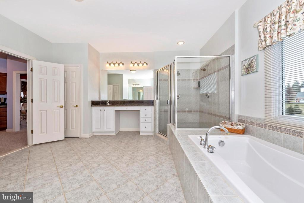 Master bathroom with soaking tub and glass shower. - 6902 SOUTHRIDGE PL, MIDDLETOWN