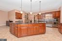 Large center island with bar seating. - 6902 SOUTHRIDGE PL, MIDDLETOWN