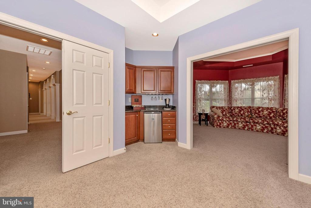 Master bedroom entry with wet bar. - 6902 SOUTHRIDGE PL, MIDDLETOWN