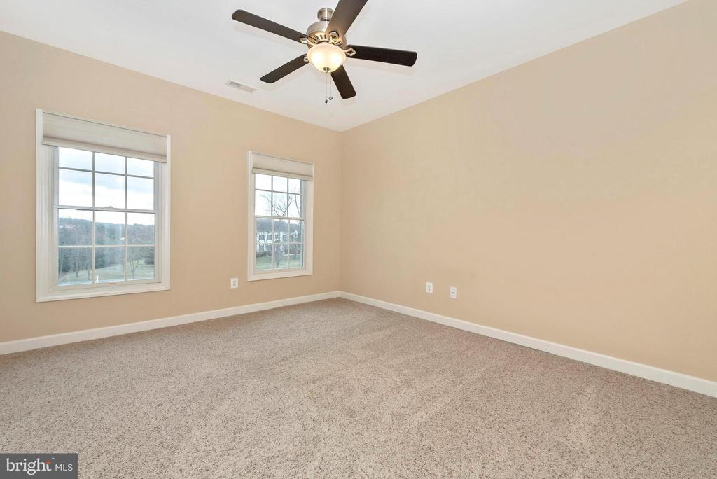 Second upper level bedroom with full private bath. - 6902 SOUTHRIDGE PL, MIDDLETOWN