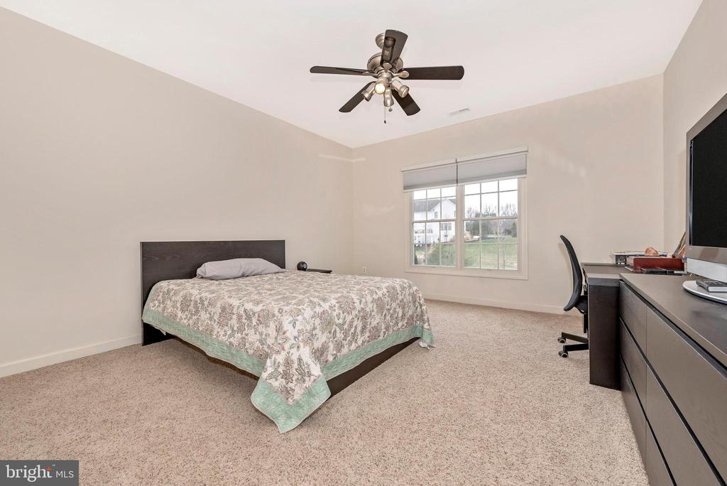 Third bedroom - walk in closets in every bedroom! - 6902 SOUTHRIDGE PL, MIDDLETOWN