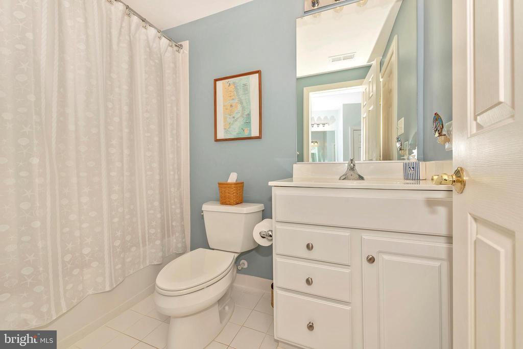 Lower level full bathroom. - 6902 SOUTHRIDGE PL, MIDDLETOWN