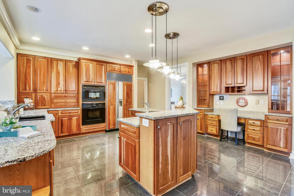 Custom kitchen with all the storage - 6620 HORSESHOE TRL, CLIFTON