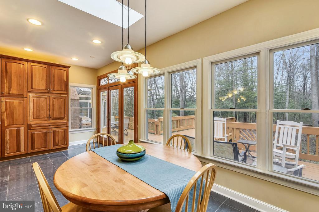 Sunny eat-in kitchen leading to deck. - 6620 HORSESHOE TRL, CLIFTON