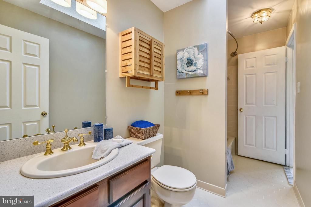 Full Bath off Second Master Bedroom - 6620 HORSESHOE TRL, CLIFTON