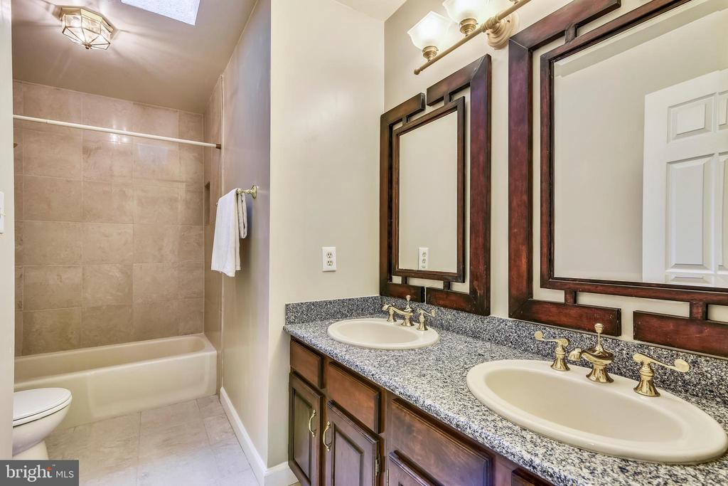 Hall Bath with Double Vanity - 6620 HORSESHOE TRL, CLIFTON