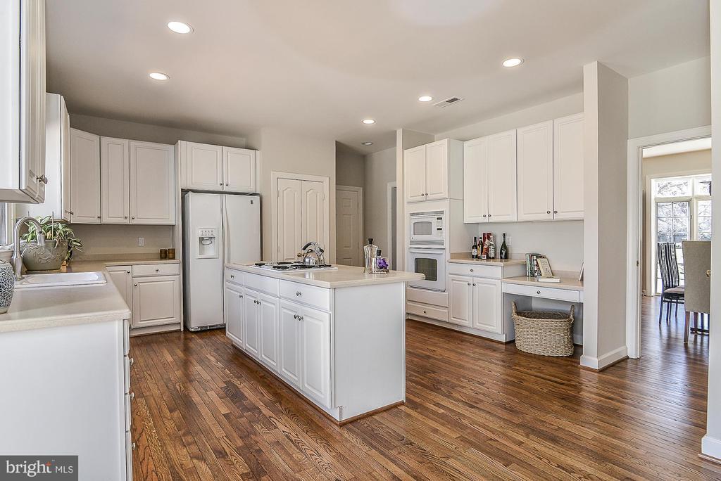 Classic White Kitchen - 11330 BRIGHT POND LN, RESTON