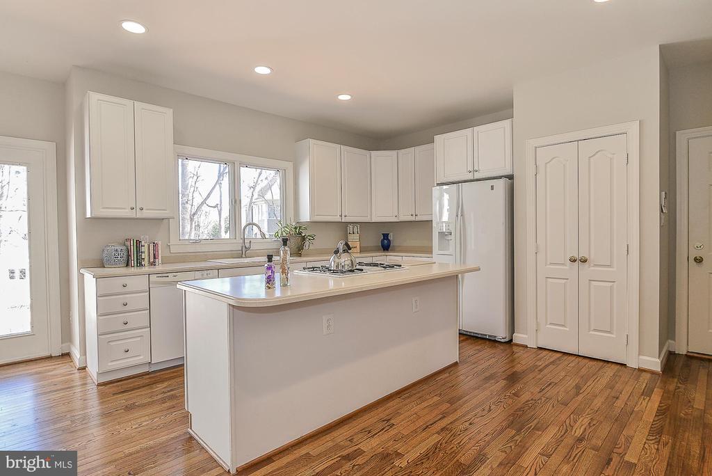 Corian Countertops, GE, and Jenn Air Appliances - 11330 BRIGHT POND LN, RESTON