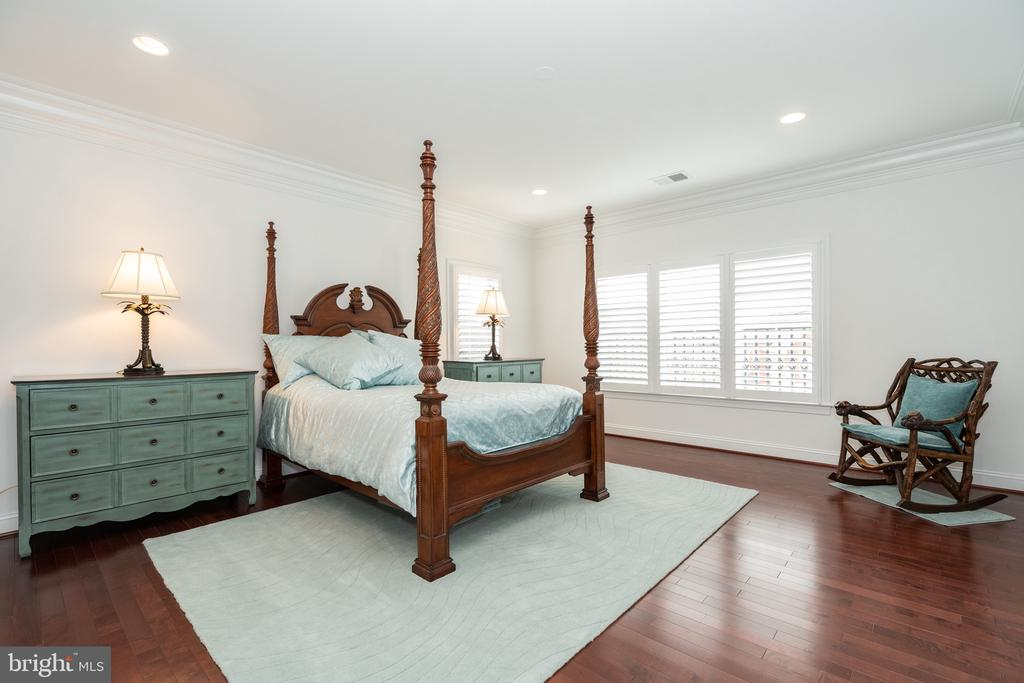 One of 5 bedrooms on UL - 9637 MAYMONT DR, VIENNA