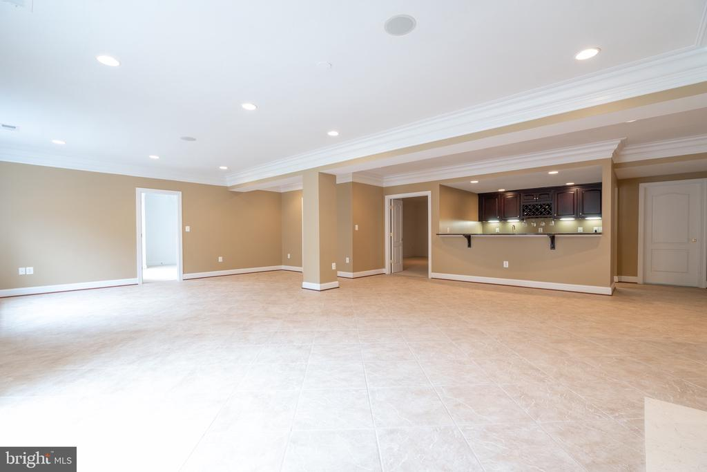 Large rec room with nicely appointed wet bar - 9637 MAYMONT DR, VIENNA
