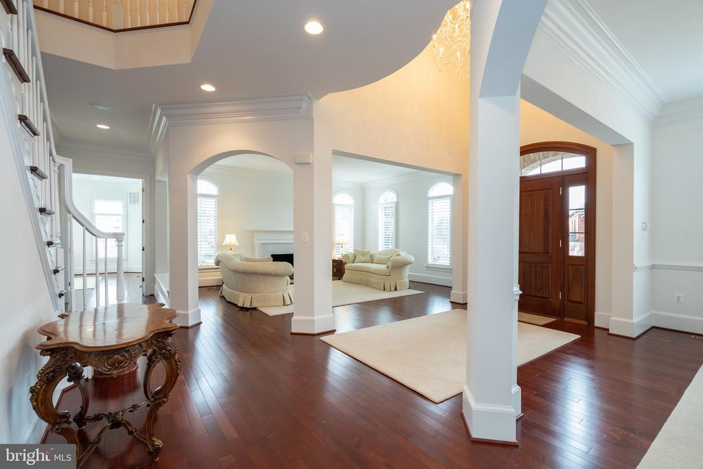 Open floor plan with planation shutters throughout - 9637 MAYMONT DR, VIENNA