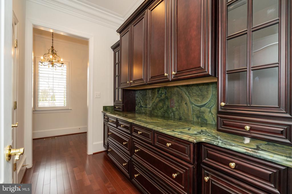 Mudroom, additional cabinetry, access to breezeway - 9637 MAYMONT DR, VIENNA