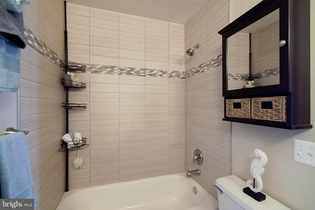 Upper Level Full Bath - 6656 HIGH VALLEY LN, ALEXANDRIA