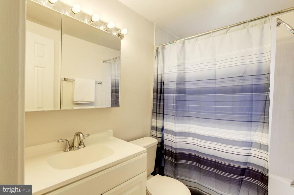 Bathroom - 2241 FARRINGTON AVE #201, ALEXANDRIA