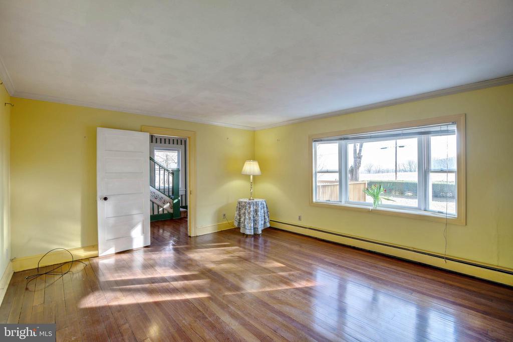 Living Room - 1919 CASTLEMAN RD, BERRYVILLE