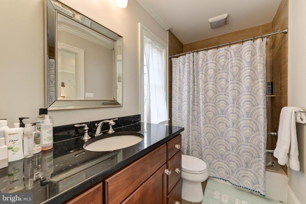 Jack 'N Jill Bath for 3rd & 4th Bedrooms - 402 PRINCETON BLVD, ALEXANDRIA