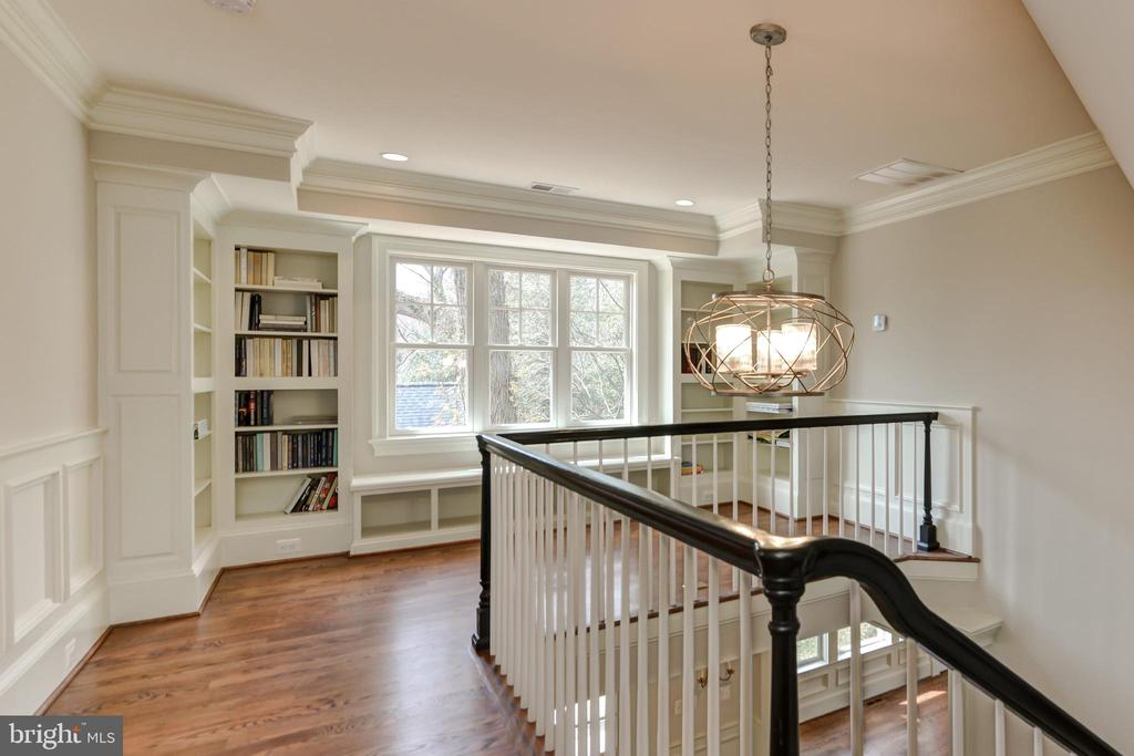 Second floor landing with bookcase and window seat - 402 PRINCETON BLVD, ALEXANDRIA