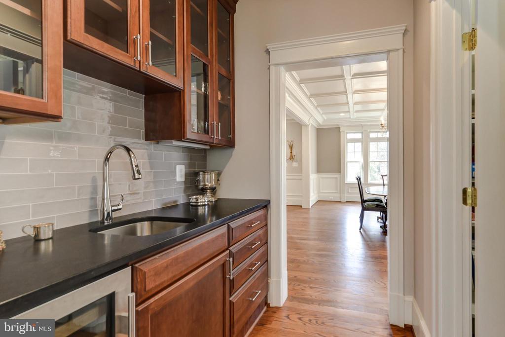 Butler's pantry with wine refrigerator - 402 PRINCETON BLVD, ALEXANDRIA