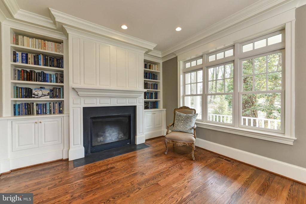 Library with built ins and gas fireplace - 402 PRINCETON BLVD, ALEXANDRIA