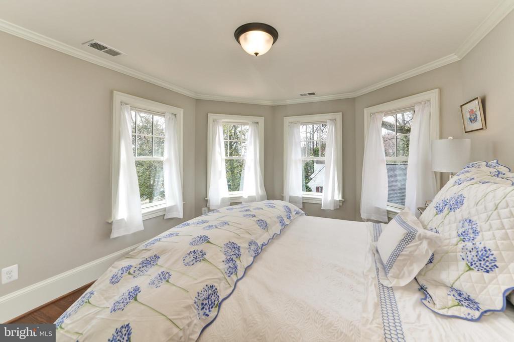 Guest Bedroom w/ treehouse view bay windows - 402 PRINCETON BLVD, ALEXANDRIA