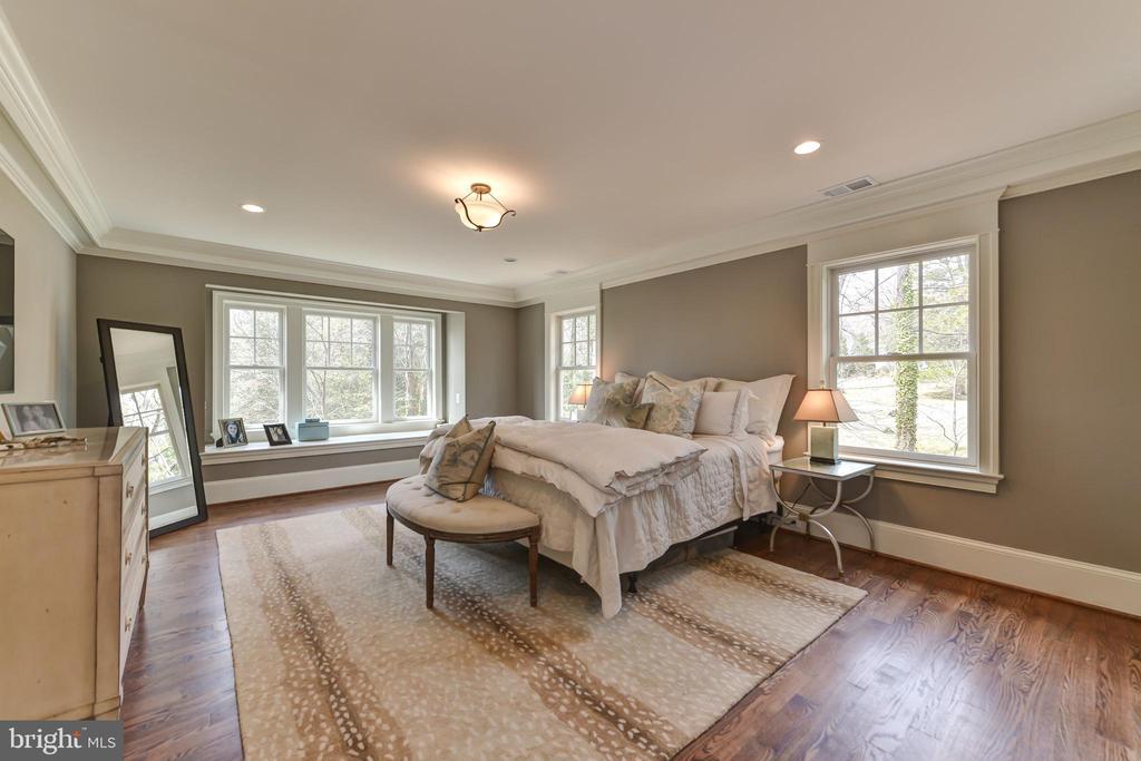 Master Bedroom with cozy  window seat - 402 PRINCETON BLVD, ALEXANDRIA