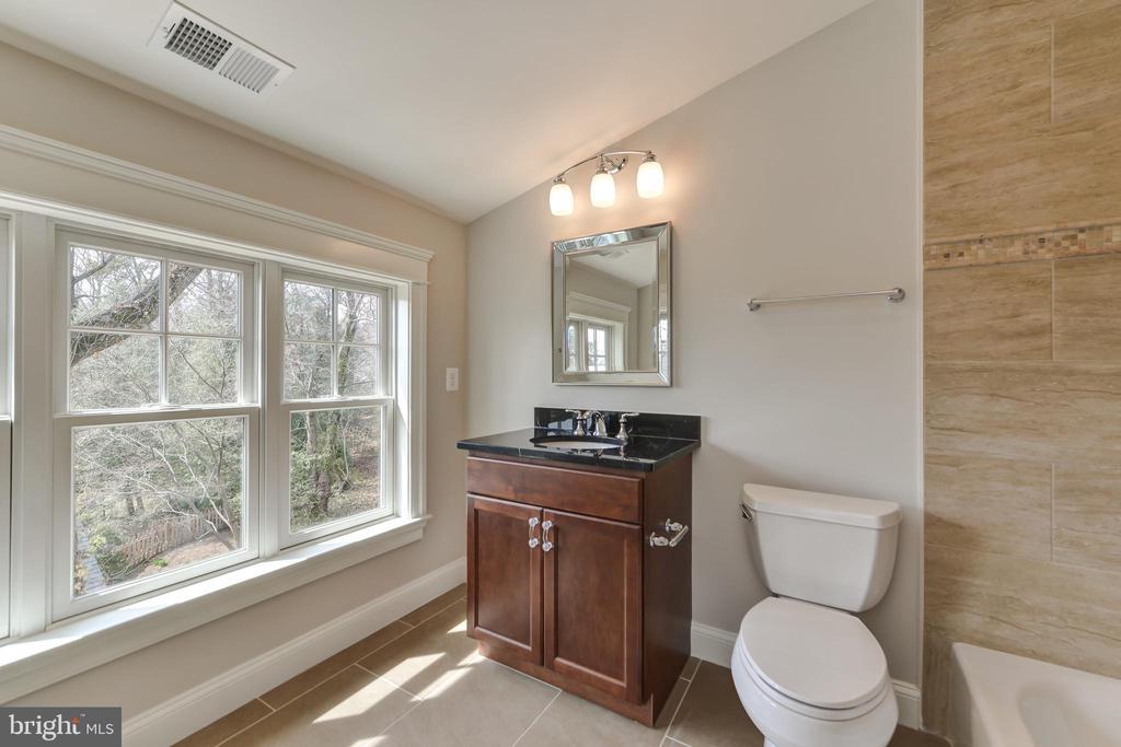 Full bath on third floor - 402 PRINCETON BLVD, ALEXANDRIA
