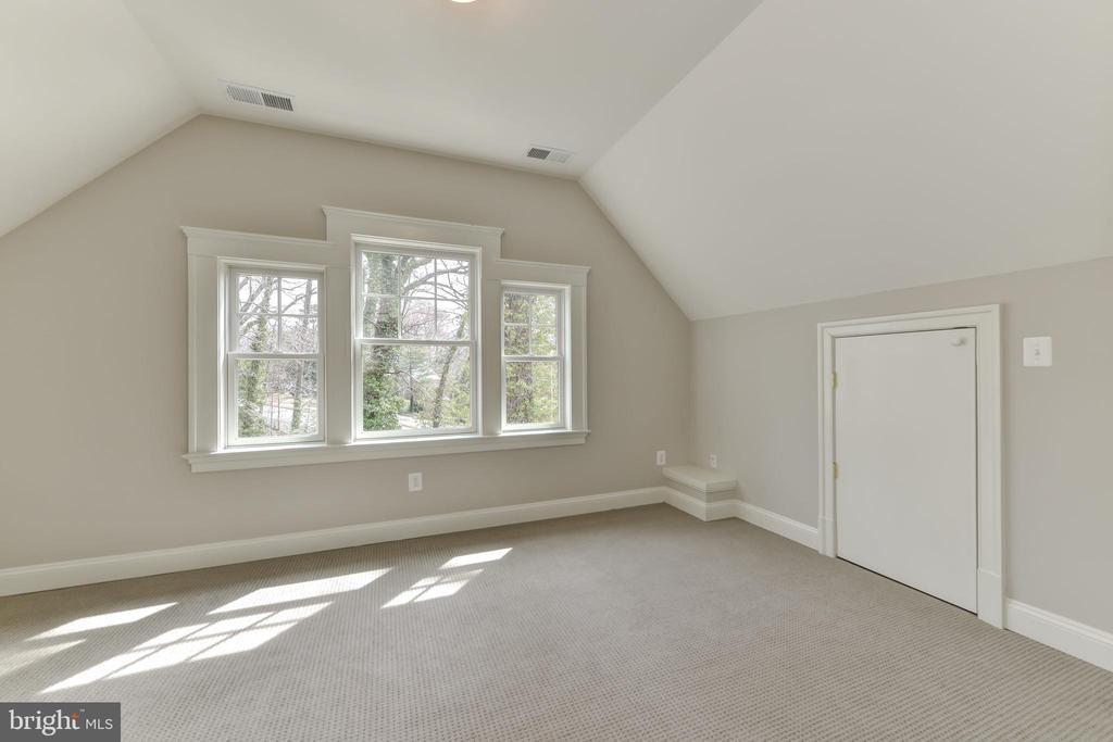 1st  room on top floor, ideal artist studio. - 402 PRINCETON BLVD, ALEXANDRIA