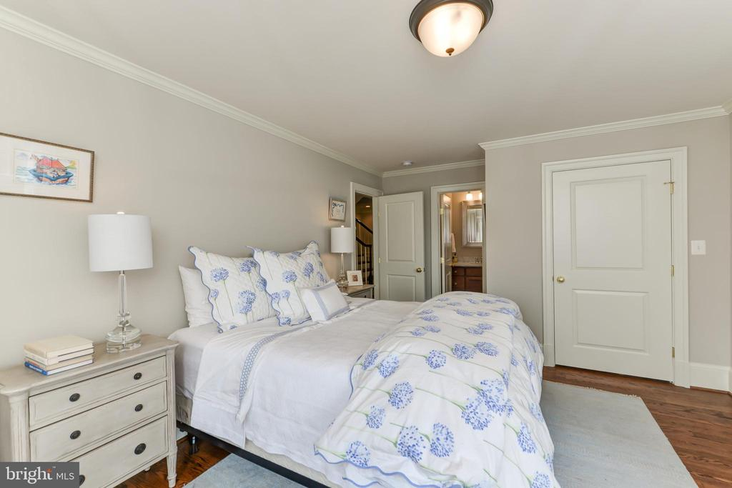 Guest bedroom on the 2nd floor has private bath - 402 PRINCETON BLVD, ALEXANDRIA