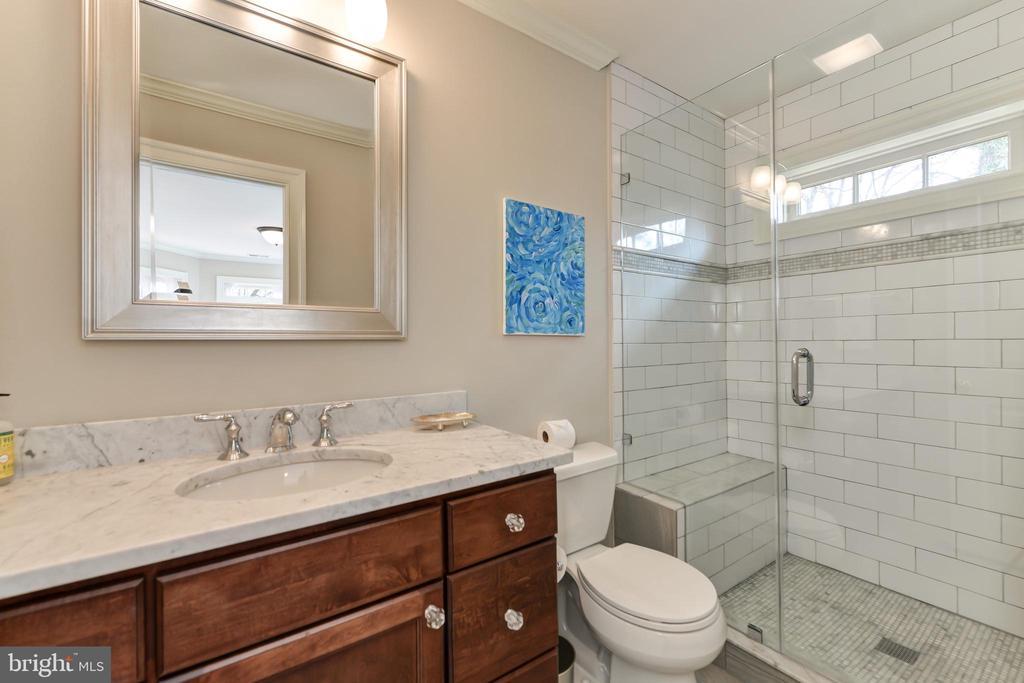 En-suite bath for Guest Bedroom - 402 PRINCETON BLVD, ALEXANDRIA
