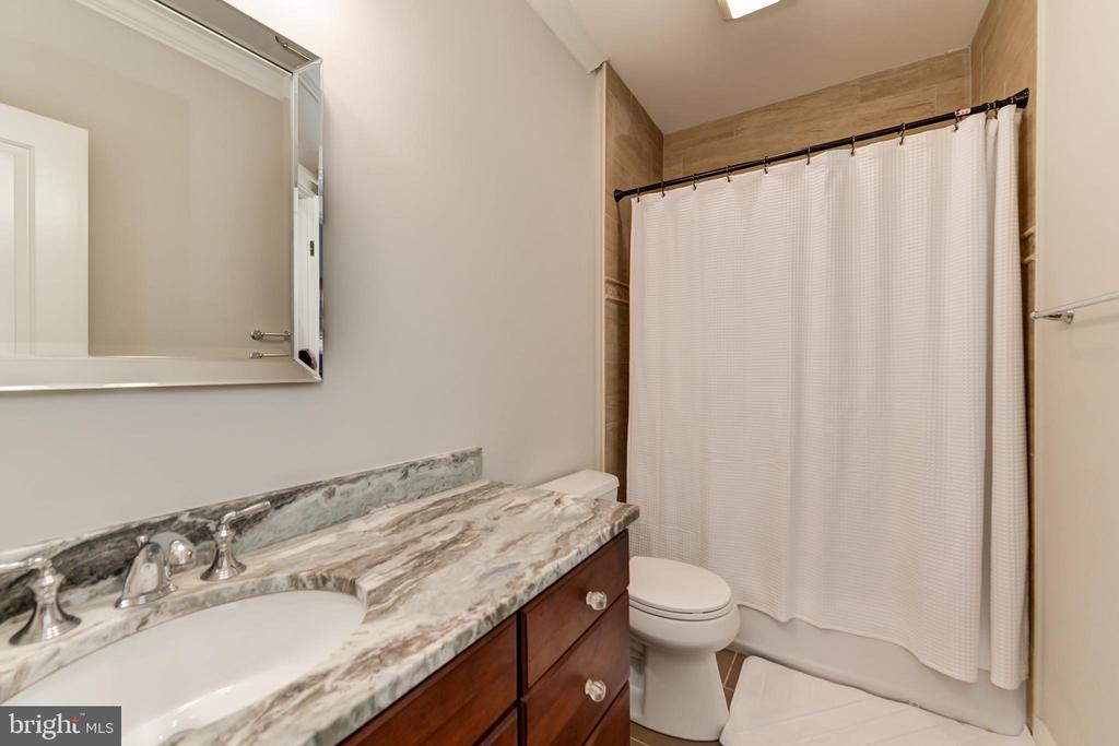 Full bath adjacent to bedroom - 402 PRINCETON BLVD, ALEXANDRIA