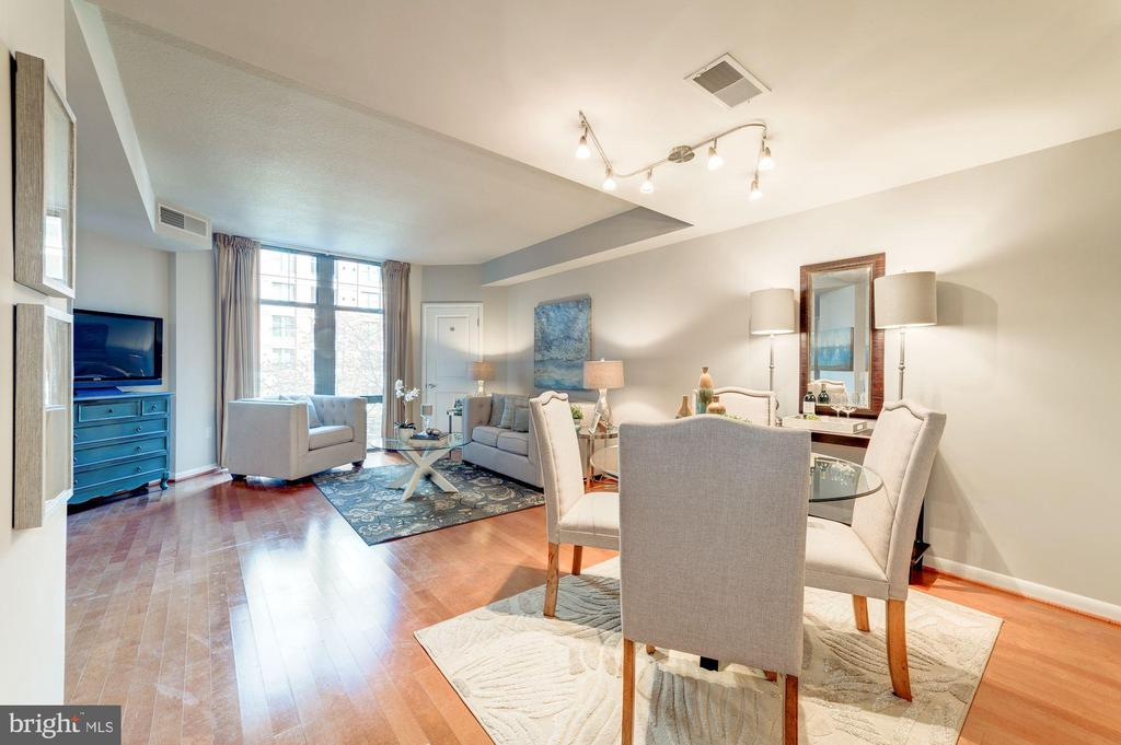 Easy Entertaining with Combined Living/Dining - 1021 N GARFIELD ST #221, ARLINGTON