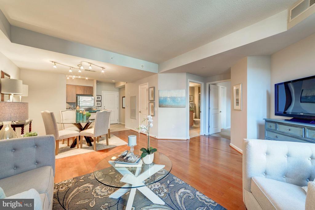 Bright Living Area - 1021 N GARFIELD ST #221, ARLINGTON